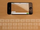 iphone5-cu-ecran-transparent-si-tastatura-virtuala-proiectata-pe-birou