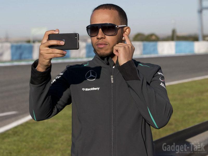 Luis Hamilton cu telefonul Blackberry Z10 la lansarea Mercedes GP W004 (1)