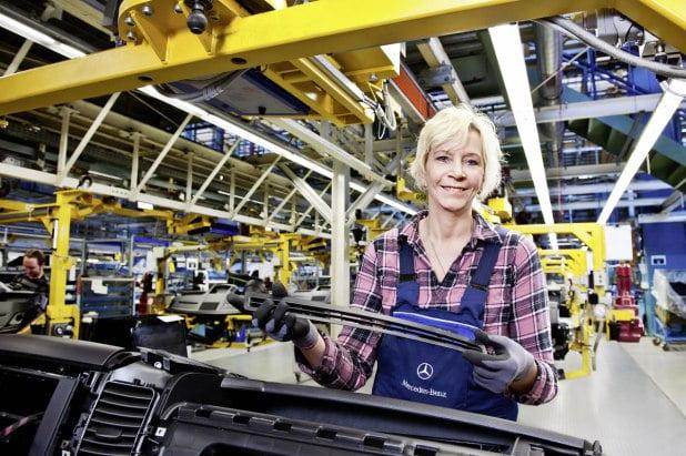 Mercedes inlocuieste mana de lucru robotizata cu oameni