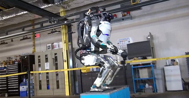 Robotul Atlas practica parkour
