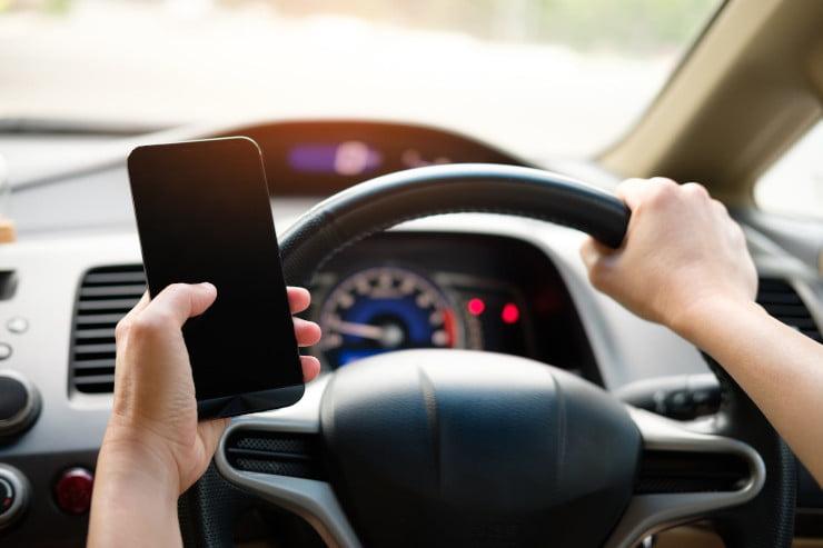 Utilizarea telefonului cu mainile la volan